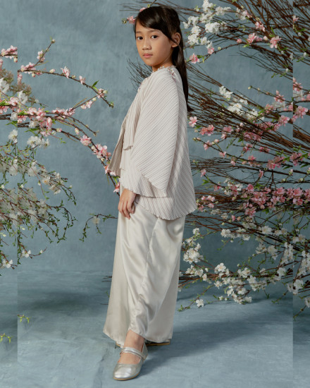 10-15 yo Neuva Teen Cape-effect pleats open shoulder kaftan in Pearl Grey