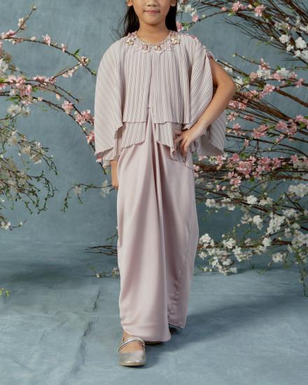 10-15 yo Neuva Teen Cape-effect pleats open shoulder kaftan in Petal Pink